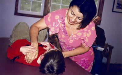 Dr. Louisa Silva praktikuoja kinų čigong (qigong) masažo techniką.