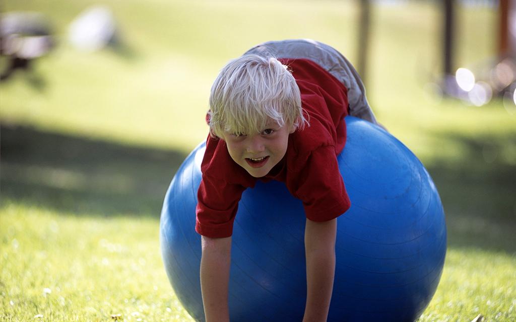 Berniukas ant kamuolio