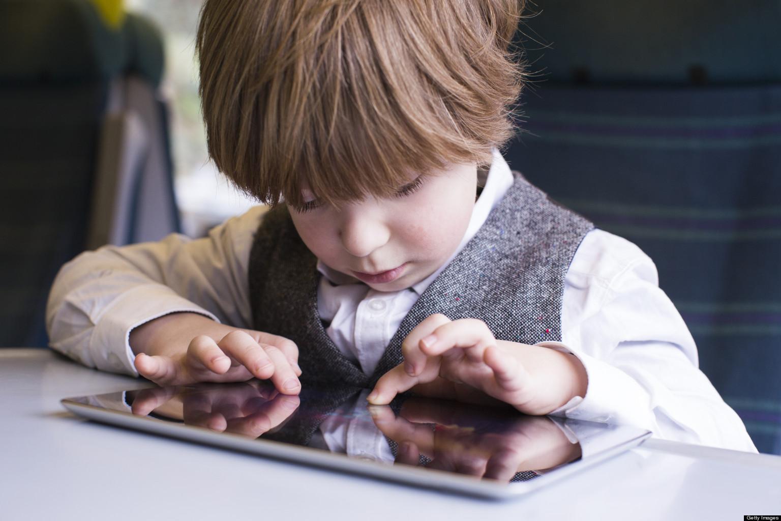Berniukas su iPad'u